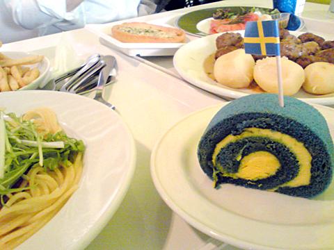 青いケーキのスウェーデンロール。IKEA新三郷店に行ってきた。
