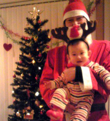 息子の初めてのクリスマス。パパはサンタを演じました。