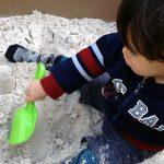 砂場で遊ぶ