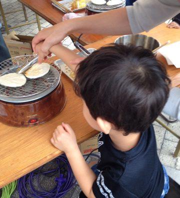 南流山「屋台フェア」で煎餅焼き体験。