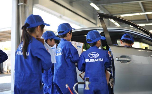 千葉スバル 柏店で実車を使用した「ちびっこ整備士」体験。
