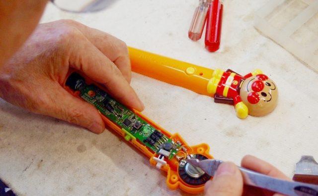 壊れたおもちゃ、捨てる前にコチラに持ち込もう「流山おもちゃ病院」。