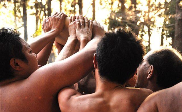 三輪茂侶神社にて勇壮な「ヂンガラ餅行事」が開催されます。