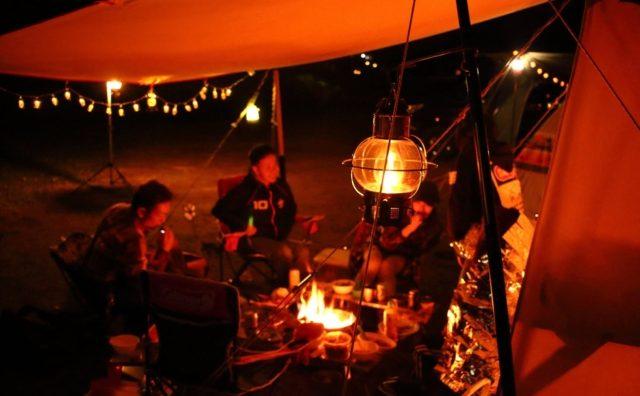 焚火を囲んで楽しいひととき。ファミリーキャンプに挑戦!