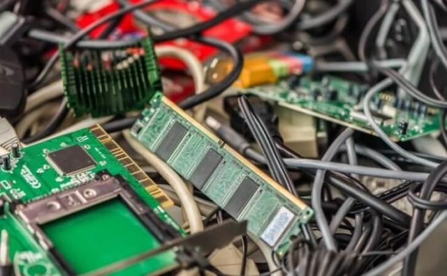 壊れたパソコン処分は無料で引き取ってくれる「パソコンファーム」へ。