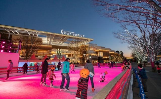 駅前に本物のスケートリンク登場!「ながれやまアイスワールド mo-rink」開催。